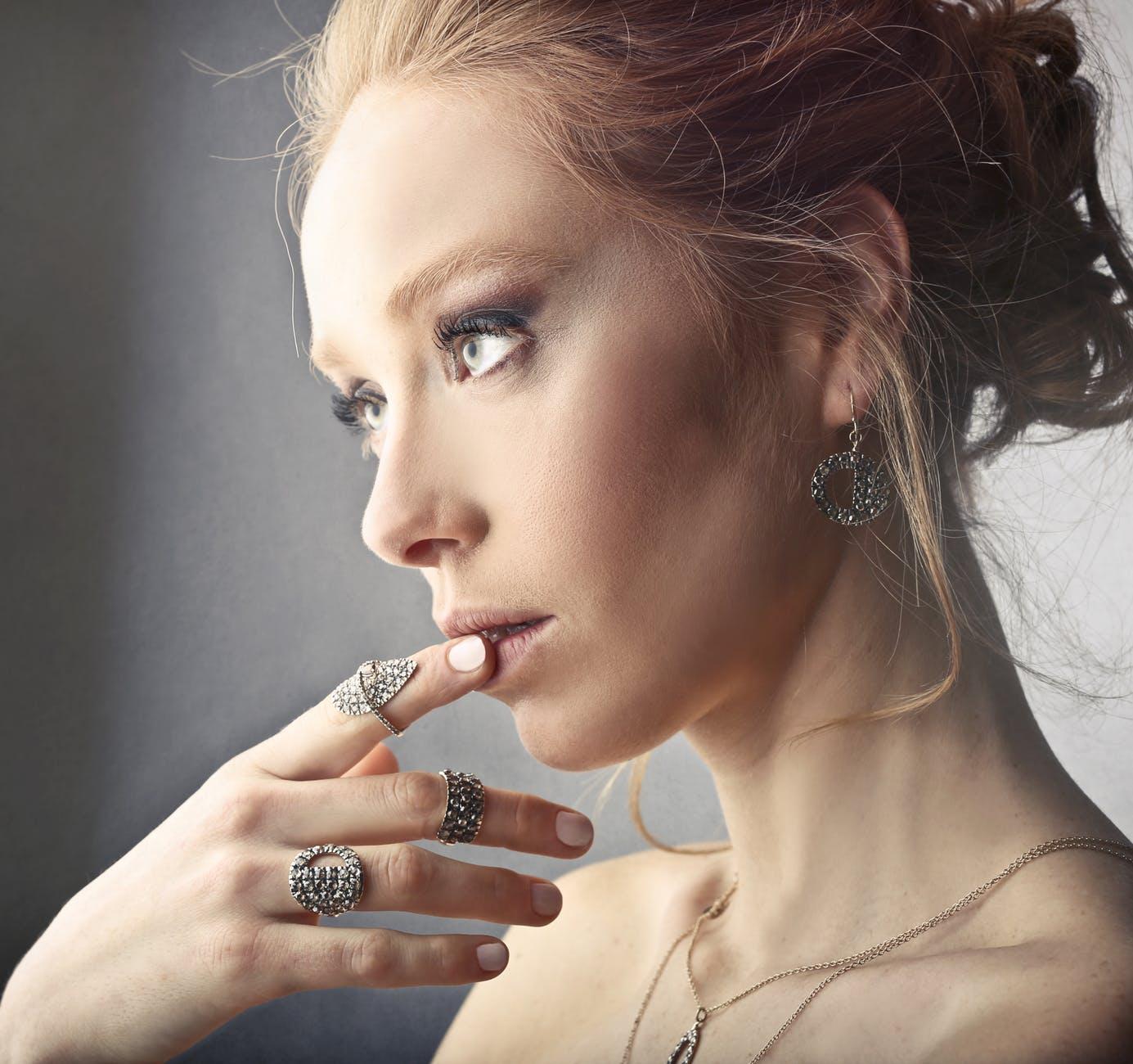 En dame med flotte smykker